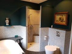 Badkamer make over. Wanden een kleur gegeven. Oude schilderijen afgestoft en van zolder gehaald. Sjiek en als nieuw.