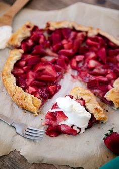 This beautiful and colorful Fresh Strawberry Galette with Almond Crust emphasizes the sweet juiciness of the strawberries without much added sugar. It is the perfect spring and summer dessert! Just Desserts, Delicious Desserts, Dessert Recipes, Yummy Food, Fruit Recipes, Summer Recipes, Yummy Treats, Sweet Treats, Slow Cooker Desserts
