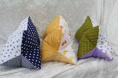 #Leseknochen #Kissen #Rückenstütze #Reisen #flieder  Hier ein Exemplar der Kollektion Leseknochen und Rückenstützen: dieses Mal ein Patchwork-Exemplar aus drei verschiedenen Baumwollstoffen in...