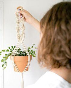 macrame/macrame anleitung+macrame diy/macrame wall hanging/macrame plant hanger/macrame knots+macrame schlüsselanhänger+macrame blumenampel+TWOME I Macrame & Natural Dyer Maker & Educator/MangoAndMore macrame studio Macrame Hanging Planter, Macrame Plant Holder, Hanging Succulents, Hanging Planters, Hanging Plant Diy, Indoor Succulents, Plants Indoor, Outdoor Plants, Air Plants