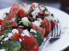 Probieren Sie den leckeren Gurkensalat mit Tomaten und Ziegenfrischkäse von EAT SMARTER oder eines unserer anderen gesunden Rezepte!