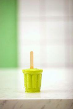 Picolé de abacate com limão | #ReceitaPanelinha: Sabe aquele creminho de abacate com gosto de infância? Ele virou picolé! Preparado com iogurte e raspas de limão, esta receita é leve e refrescante, perfeita para o verão.