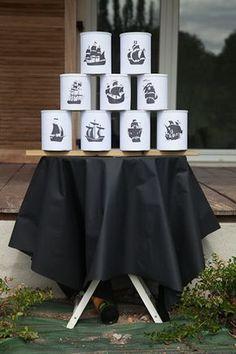Chamboule-tout fait avec des boîtes de lait décorées de bateaux pirates. Succès garanti !