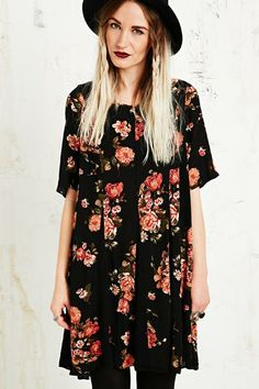 Pins & Needles Godet Floral Swing Dress in Black chez Urban Outfitters
