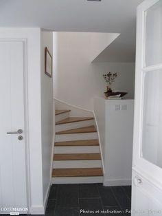 Des escalier en bois repeint en blanc pour se fondre dans le décor. - Plus de photos sur Côté Maison