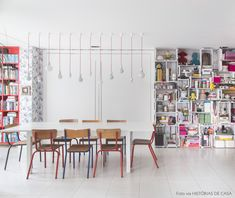 A Fun Kitchen. Pops of color crate shelves vintage chairs and exposed light bulbs. This lovely kitchen / dining room has it ALL! (in Portuguese) Dining Room Inspiration, Interior Inspiration, Estilo Kitsch, Turbulence Deco, Dinner Room, Interior Decorating, Interior Design, Dining Room Design, House Rooms