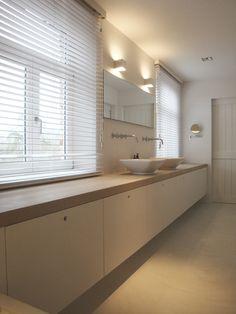 Deze exclusieve interieurs op maat weerspiegelen de wensen van onze klanten. Met een scherp oog voor detail en kwaliteit. Attic Bathroom, Modern Bathroom, Bathrooms, Take A Shower, Bathroom Inspiration, Bathroom Ideas, Bath Decor, Small Spaces, Decoration