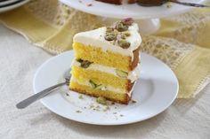 Yellow velvet caken kirkkaan keltainen väri syntyy luomusti sahramilla. Perinteisestä red velvet -kakusta tämä keväinen kahvipöydän kaunotar erottuu edukseen myös raikkaan jogurttisella ja sitruunaisella makumaailmalla sekä rouskuvilla pistaasisattumilla.