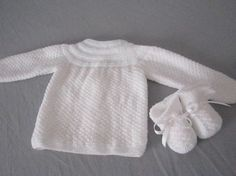 Esquema sencillo para bebé | Lana de Rosas Knitting For Kids, Baby Knitting Patterns, Baby Patterns, Baby Sweaters, Sweaters For Women, Crochet Baby, Knit Crochet, Waldorf Dolls, Baby Dress