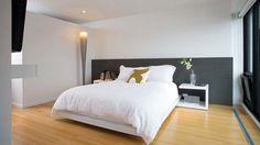 La large tête de lit est constituée d'un panneau de MDF