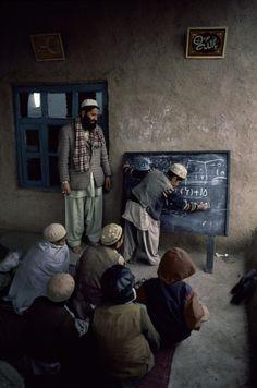 Crianças em sala de aula precária, tentam o aprendizado no Afeganistão.  Fotografia: Steve McCurry.