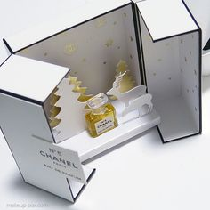 Backdrop/scene inside a packaging. Perfume Packaging, Cool Packaging, Luxury Packaging, Cosmetic Packaging, Brand Packaging, Gift Packaging, Takeaway Packaging, Makeup Box, Packaging Design Inspiration