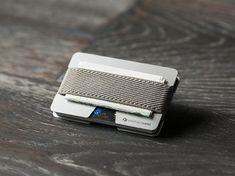 N Brieftasche besteht aus haltbaren Aluminium und Gummi. Gummi verknüpfen zwei Platten, zwischen denen Sie sich stellen können, Kreditkarten,