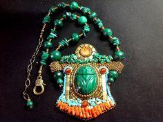 "Galerie - Site de danykcreations ! ""SCARABEE"" Cabochon scarabée de malachite. Collier assorti perles de malachite. Corail ancien. Dos cuir"