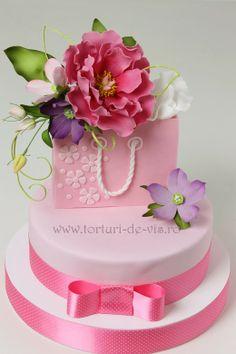 Tort aniversar cu flori si punga cadou