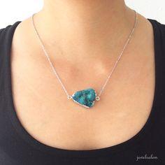 Il sagit dun collier dinstruction, avec un pendentif druzy chunky dans ton bleu, qui est superbe sur les deux côtés, en faisant la pierre réversible.