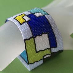 Inspirado en un garabato (¿Qué significa cuando usted doodle plazas?), este diseño es un poco retro, un poco moderno y un montón de diversión.  El diseño es conformado por superposición de bloques, delineado en negro y lleno de diferentes colores. Cuando los bloques se solapan, el espacio está en blanco (es decir, rellenos con blanco). El fondo es pálido de azul pálidos.  Jugar con bloques es tejida con cuentas Delica japonesa opacos en una docena de diferente colores. Los tonos de la gama…