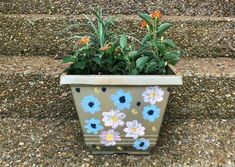Plastic Planter with Hand Painted Flowers Little Flowers, Real Flowers, Diy Flowers, Painted Flowers, Plastic Planter, Planter Pots, Porch Planter, Planter Ideas, Coffee Filter Crafts