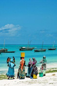 Mujeres esperando a los pescadores en #Zanzibar | Women waiting for their (fisher) men on #Zanzibar beach