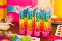 tubetes com balas coloridas para festa arco-iris. Uma linda opção de lembrancinha.