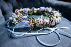 Braut Blumenkranz für die Frisur in den Pantone Farben Serenity und Rose Quartz