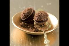 Pařížské ořechy | Apetitonline.cz Christmas Sweets, Christmas Baking, Czech Desserts, Baking Recipes, Dessert Recipes, Czech Recipes, Holiday Cookies, Four, Mini Cakes