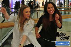 Voller Lebensfreude tanzten diese zwei jungen Frauen gerade im Stream 2 und 3