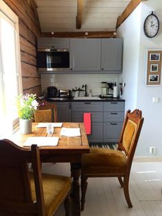 Mökki kaupungissa Porvoo, Suomi. We offer our lovely guesthouse to Helsinki area visitors who appreciate nature, peace and maybe a round of golf- we are located right by the 12th green of Kullo Golf and 40km from Helsinki centre. The cottage is an old log building, carefully reno...