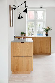Modern Kitchen Design Simple drawer fronts might be a good option! I wonder what they'd look like in a dark gray stain? Kitchen Flooring, Kitchen Remodel, Modern Kitchen, Minimalist Dining Room Furniture, Minimalist Dining Room, Kitchen Design, Minimalist Kitchen, Home Decor, Luxury Kitchens