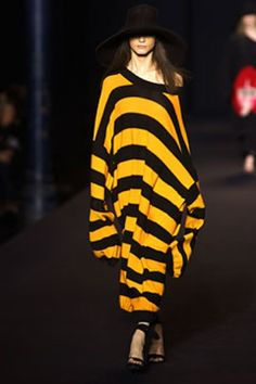 Sonia Rykiel Spring 2003 Ready-to-Wear Collection - Vogue Sonia Rykiel, Missoni, Paris Chic, Airport Style, Black Knit, Fashion Show, Fashion Design, Bra Tops, Summer Collection