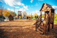 Un environnement semblable à celui d'un parc et entouré par la nature !  #bois #wood #nature #flora #lappset #architecture #design #outdoor #activité #airedejeux #playground #tree #arbres #écologie #ecology #jeux