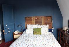 tete de lit volets, décoration, vintage, meuble brocante, mur bleu parrure lit ikea