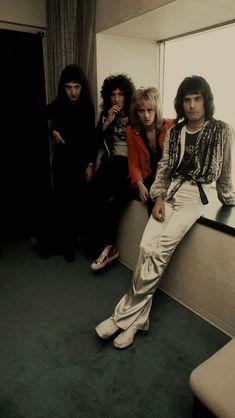 : 35 clichés extraordinaires du style Freddie Mercury Freddie Mercury and Queen members in Tokyo in 1976 John Deacon, Queen Photos, Queen Pictures, Queen Freddie Mercury, Brian May, I Am A Queen, Save The Queen, Queen Queen, Pearl Harbor