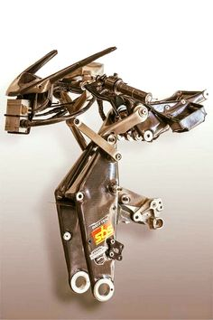 Details of a legend: the group of the raft of steering / front suspension (Hossack) of the mythical britten v1000.