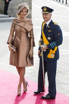 Prince Phillippe and Princess Mathilde Of Belgium Classic Outfits, Chic Outfits, Elegant Dresses, Nice Dresses, Smart Day Dresses, Elie Saab Couture, Queen Dress, Lady Diana, Estilo Retro