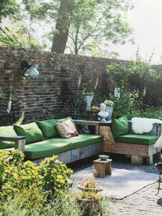 mooie muur en stoere bank - uit vt wonen Outdoor Rooms, Outdoor Sofa, Outdoor Gardens, Outdoor Living, Outdoor Decor, Garden Furniture, Outdoor Furniture Sets, Cosy House, Garden Pool