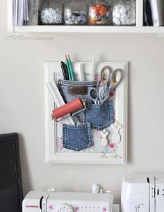 Que buena manera de reciclar retazos de tela, en este caso los bolsillos de jeans precisamente, se han convertido en organizadores de escritorios exhibidos a manera de cuadro.