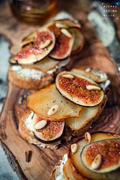 Grzanki z figą, gruszką i kozim serem