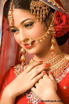 A beautiful Indian bride. Indian Bridal Makeup, Indian Bridal Wear, Pakistani Bridal, Bridal Beauty, Beautiful Indian Brides, Beautiful Bride, Saris, Beautiful Hairstyle For Girl, Beautiful Hairstyles