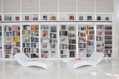 Make variation to reading place is one way modern library home design felt cozy. Modern library home design provides some model as bookcase, two pictures above White Bookshelves, Modern Bookshelf, Bookshelf Design, Bookshelf Ideas, White Shelves, Library Bookshelves, Library Ladder, Wooden Bookcase, Bookcases