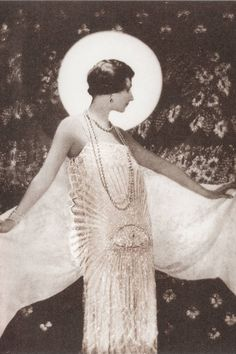 The white Mousseline dress by Chanel, photo by Baron Adolph de Meyer for Harper's Bazaar, April 1925 Chanel Vintage, Love Vintage, Vintage Glamour, Vintage Beauty, Vintage Vogue, Vintage Fashion, Fashion 1920s, Vintage Couture, Edwardian Fashion