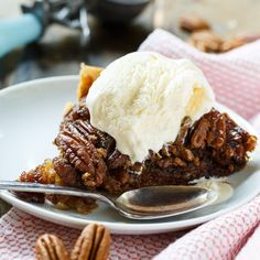 diabetes dessert recipes, christmas dessert recipe, oreo dessert recipes - Did you know you could make pecan pie in a slow cooker! Crock Pot Pecan Pie is every bit as delicious as a pie cooked in the oven. So warm and gooey! Slow Cooker Desserts, Crock Pot Desserts, Easy Desserts, Dessert Recipes, Pecan Desserts, Oreo Dessert, Dessert Simple, Crock Pot Slow Cooker, Crock Pot Cooking