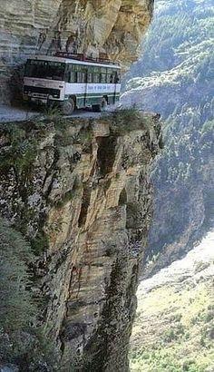 Гид в автобусе говорит:   - Полюбуйтесь, какая красота вокруг! Да что вы вцепились в поручни с остекленевшими глазами?