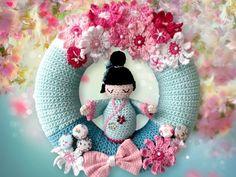 Du magst Japan und vor allem die Kirschblüten? Dann häkle Dir gleich den Kranz mit der niedlichen Japanerin und den vielen Kirschblüten als tolle Deko.