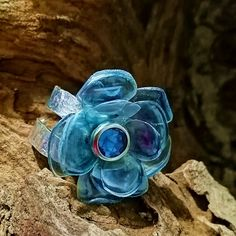 Bague fantaisie réglable et entièrement faite à la main. Fleur bleue réalisée à base de bouteille plastique recyclée et anneau en aluminium martelé Turquoise, Rings, Jewelry, Jewelry Designer, Plastic Bottle Flowers, Art Crafts, Ring, Handmade, Jewlery
