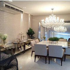 Sala de Jantar com papel de parede 3d, espelho solto e buffet espelhado. Inspiração Conteúdo não proprio #saladecorada…