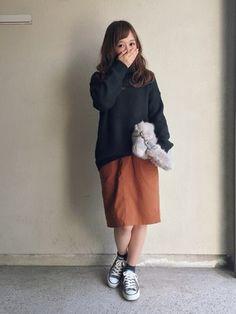 ざっくりとしたニットにキャメル色のスカートのカジュアルスタイル。足もとは柔らかいグレーのローカットコンバース。