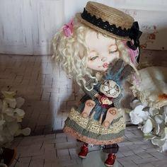 In my strange bunnies family, here is the new born! Handpainted head in leather Body in mohair Feet in polymer clay  #doll #customdoll #blythephotography #instablythe #blythestagram #dollstagram #instablythe #blythedoll #carving #blythelover #blytheoutfit #blytheooak #blythegram #blythelove #ブライス #カスタムブライス #blythelover #bunny #handmadebunny #ooak #plushtoy #plush
