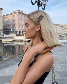 This year's hottest hair trend? Snap clips, also known as barrettes. This year's hottest hair trend? Snap clips, also known as barrettes. Blonde Hair Looks, Brown Blonde Hair, Dark Hair, Blonde Honey, Medium Blonde, Honey Hair, Light Hair, 90s Hairstyles, Straight Hairstyles
