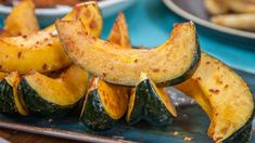 The fantastic combination of honey and soy sauce work together in these wonderful squash wedges, a finger food that is perfect for when those leaves start to change colours. Meals For Four, Main Meals, Vegetable Sides, Vegetable Recipes, Veggie Dishes, Fall Recipes, Great Recipes, Acorn Squash Recipes, Honey And Soy Sauce